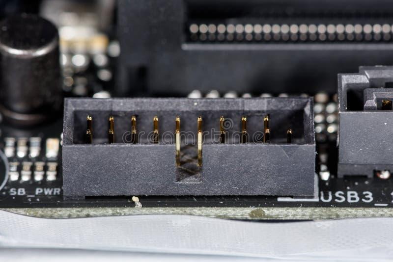 Broches d'or du connecteur d'USB sur un mainboard moderne d'ordinateur images libres de droits