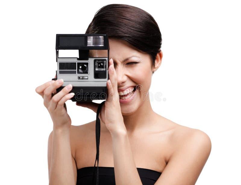 Broches de presión de las tomas de la señora con la cámara fotográfica del cassette imagen de archivo