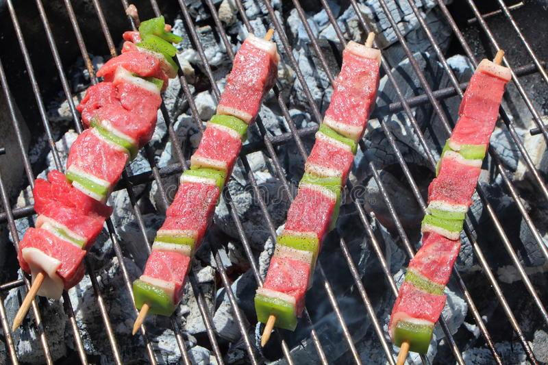 Brochette de boeuf sur le barbecue photos libres de droits