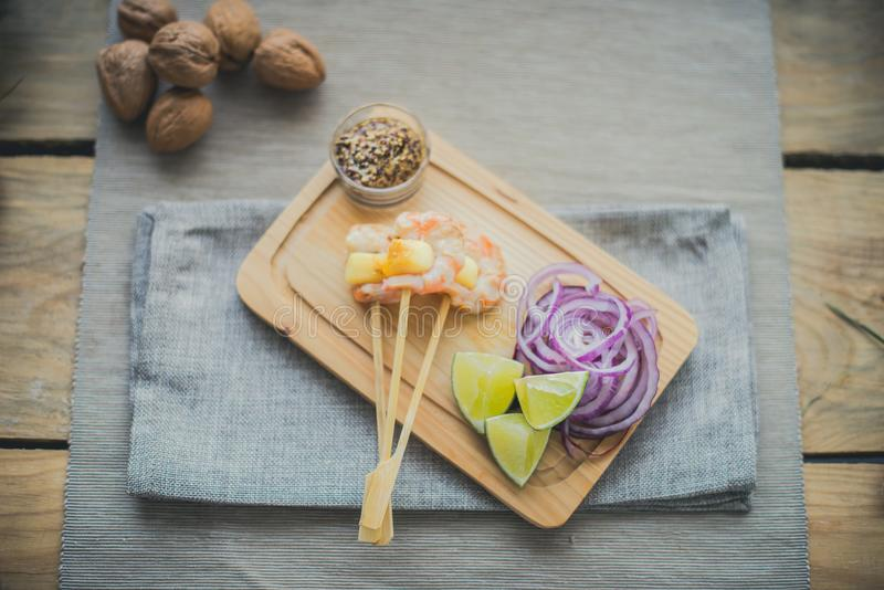 Brochette do camarão e do abacaxi foto de stock royalty free