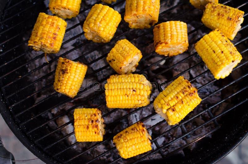 Brochette grillé d'en d'épi de maïs dans une fin vers le haut de tir photos stock