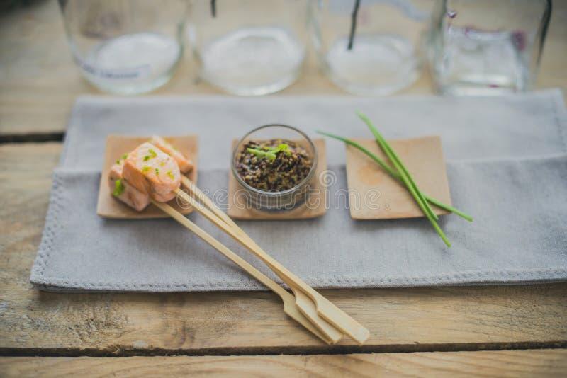 Brochette Salmon com aneto e pimenta fotos de stock
