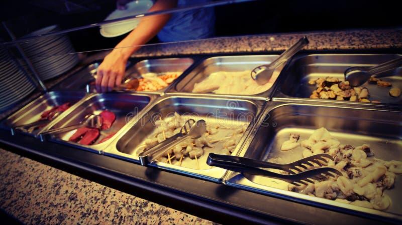 brochettes crues de nourriture et de crevette dans le restaurant de libre service photo stock