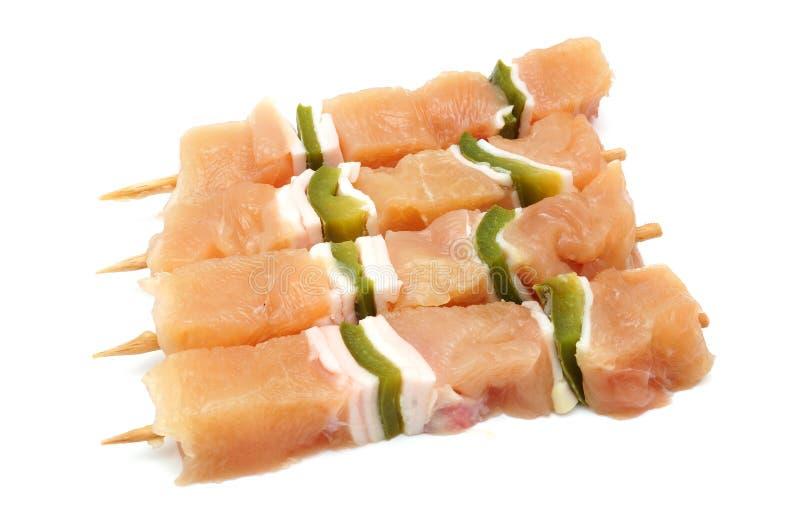 Brochettes crues de poulet avec le paprika photos stock