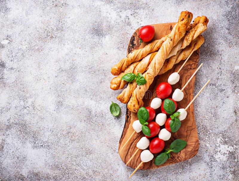 Brochettes de Caprese et pain de grissini image libre de droits