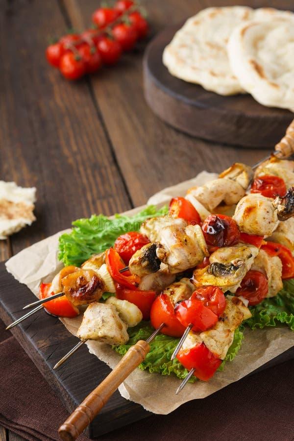 Brochettes de chiche-kebab de la Turquie ou du poulet avec des champignons et des pains pitas images stock