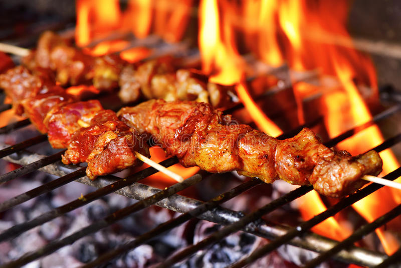 Brochettes de viande dans un barbecue image stock