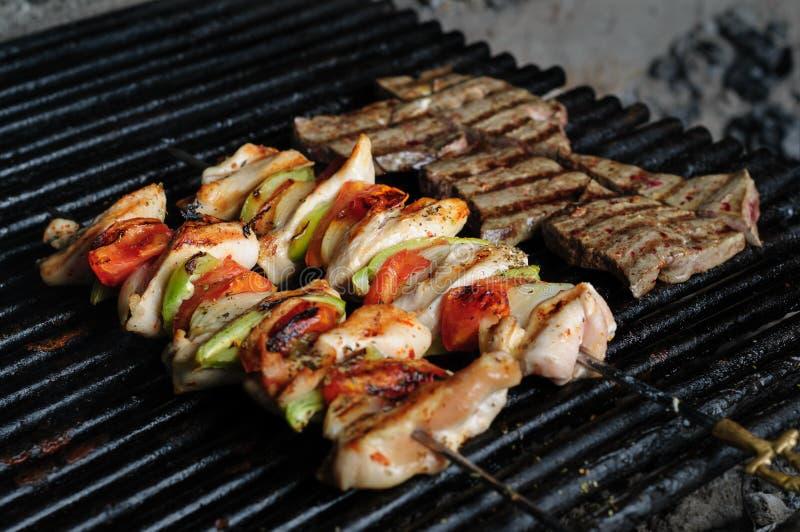 Brochettes de viande de poulet avec des poivrons photographie stock
