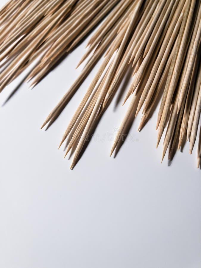 Brochettes en bambou sur une table blanche image stock