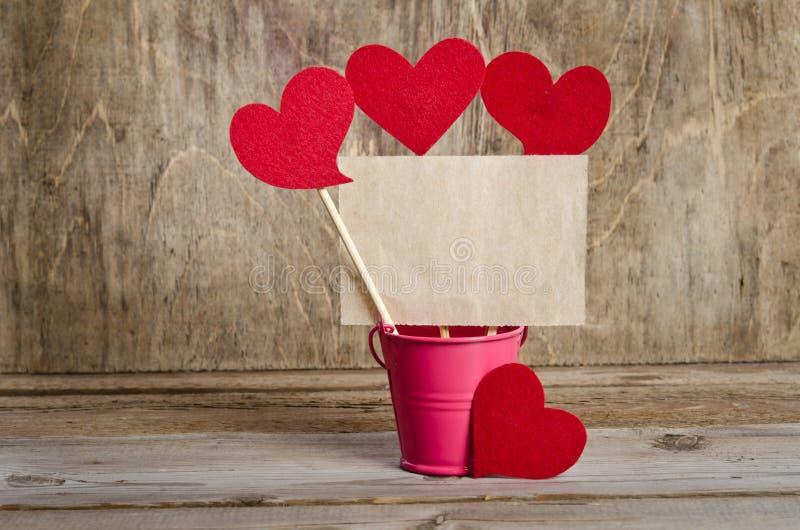 Brochettes faites main avec les coeurs et le morceau de vieux papier photos stock