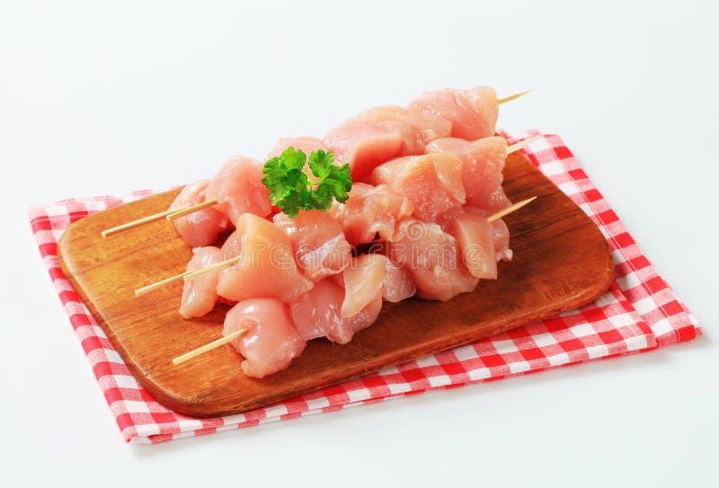Brochettes fraîches de poulet photos stock