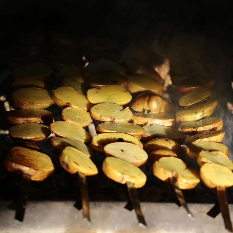 Brochettes fumeuses de pommes de terre photographie stock libre de droits