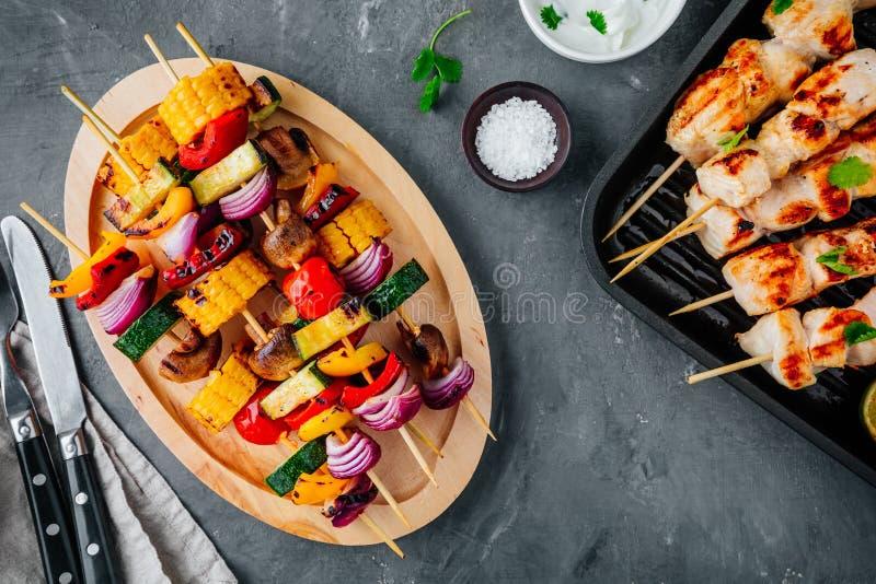 Brochettes grillées de légume et de poulet avec du maïs, le paprika, la courgette, l'oignon, la tomate et le champignon photo libre de droits
