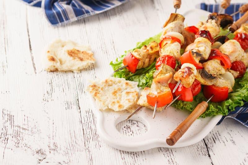 Brochettes grillées de poulet avec des champignons et des légumes frais photographie stock