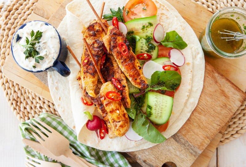 Brochettes grillées de poulet avec de la salade fraîche photo stock