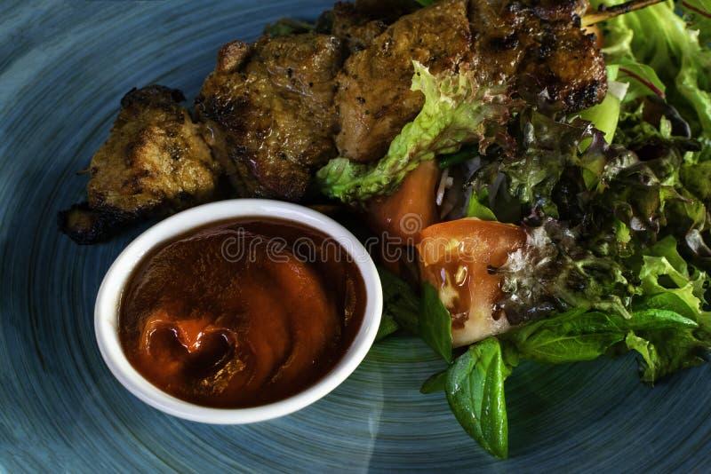 Brochettes grillées de viande, chiche-kebab et salade végétale saine de tomate fraîche, concombre, oignon, épinards, laitue, sala images libres de droits