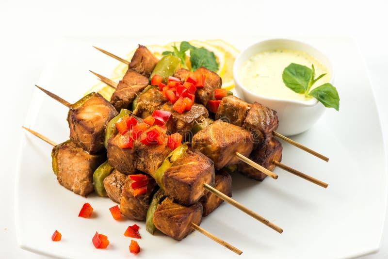 Brochettes grillées des saumons et des légumes images stock