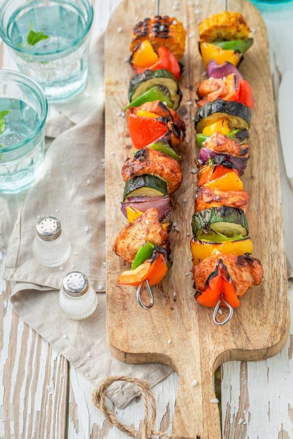 Brochettes grillées saines faites de viande et légumes photographie stock