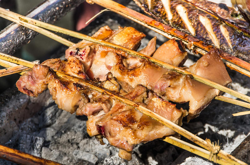 Brochettes rôties de poulet - style du Laos images stock