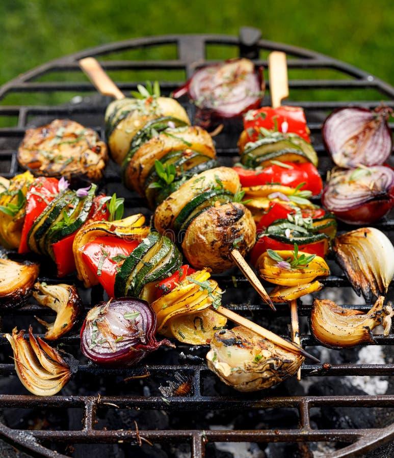 Brochettes végétariennes, brochettes végétales grillées de courgette, poivrons et pommes de terre en plus des herbes et de l'huil photo stock