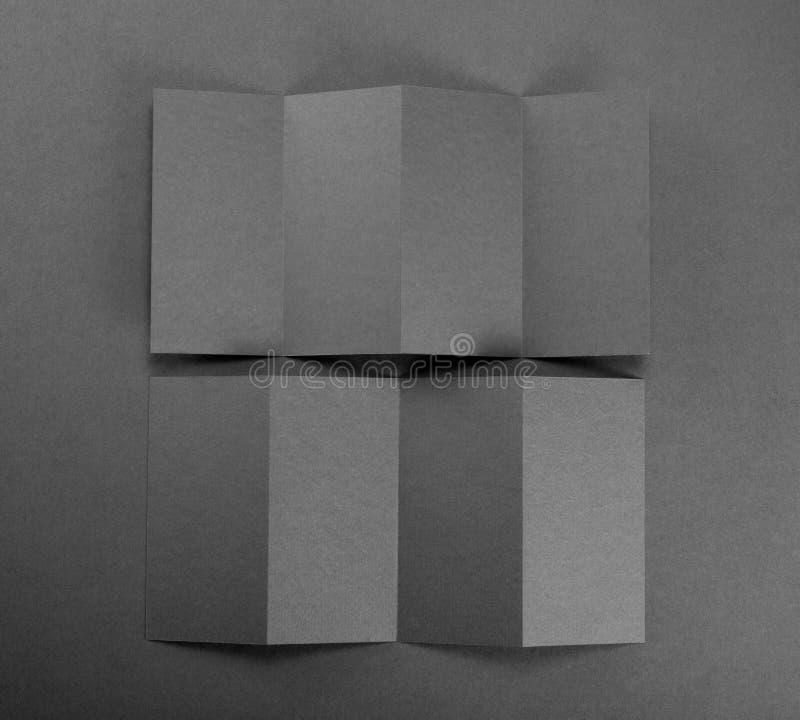Brochure de papier blanc sur le fond gris photo stock