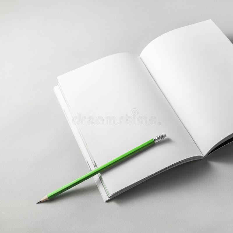 Brochure en potlood stock afbeeldingen