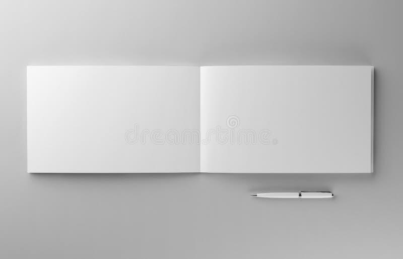 Brochure photorealistic vide avec la maquette de stylo sur le fond gris-clair, illustration 3d illustration libre de droits