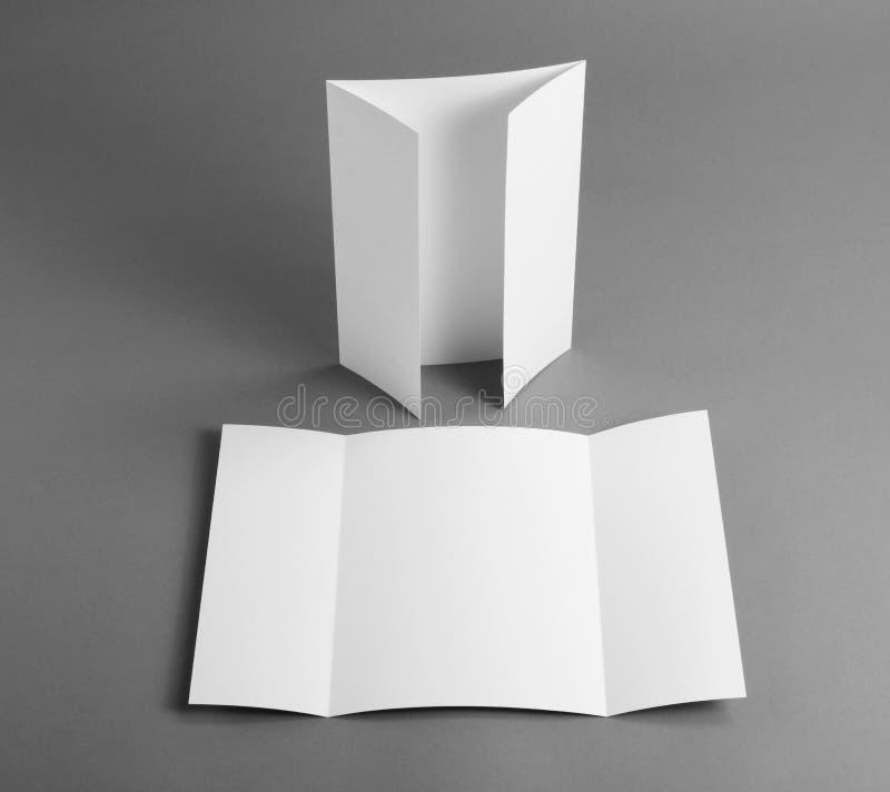 Brochure vide de pli de porte sur le gris pour remplacer votre conception photographie stock