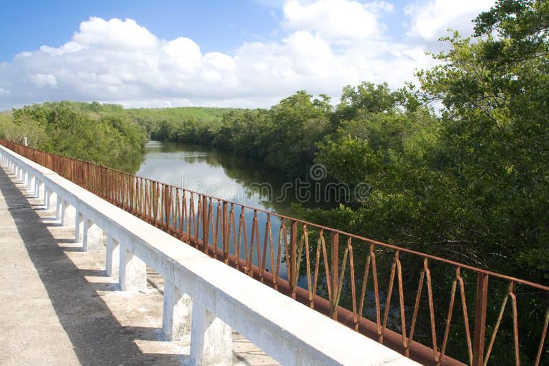 brocienfuegos ii över floden arkivbilder