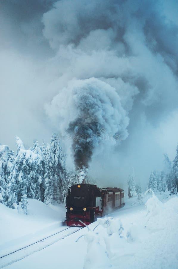 Brocken järnväg i vinterlandskap arkivfoto