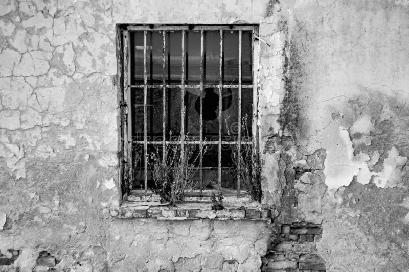 Brockenvenster in oud huis stock foto