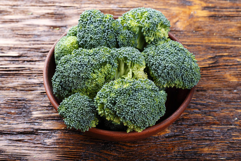 Brocoli dans un plat d'argile photos stock