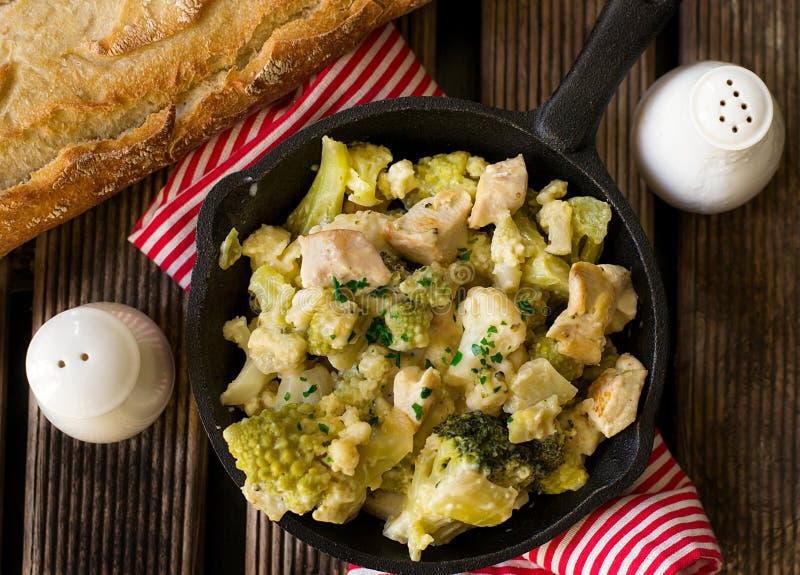 Brocoli de brocoli, de Romanesco et chou-fleur avec le poulet en sauce crémeuse photographie stock