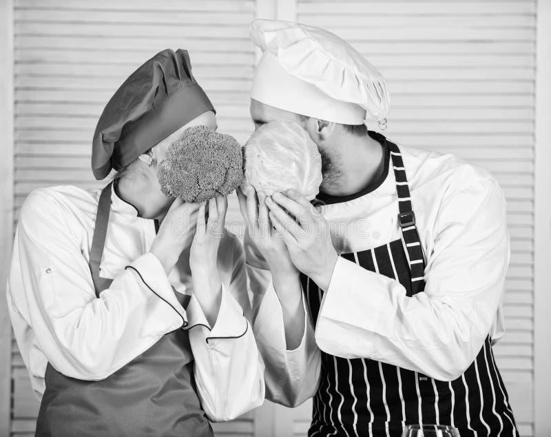 Brocoli et chou naturels Famille faisant cuire dans la cuisine v?g?tarien cuisinier brocoli et chou de prise de chef d'homme et d photographie stock libre de droits