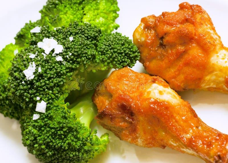 Brocoli frais avec des tambours de poulet photographie stock libre de droits