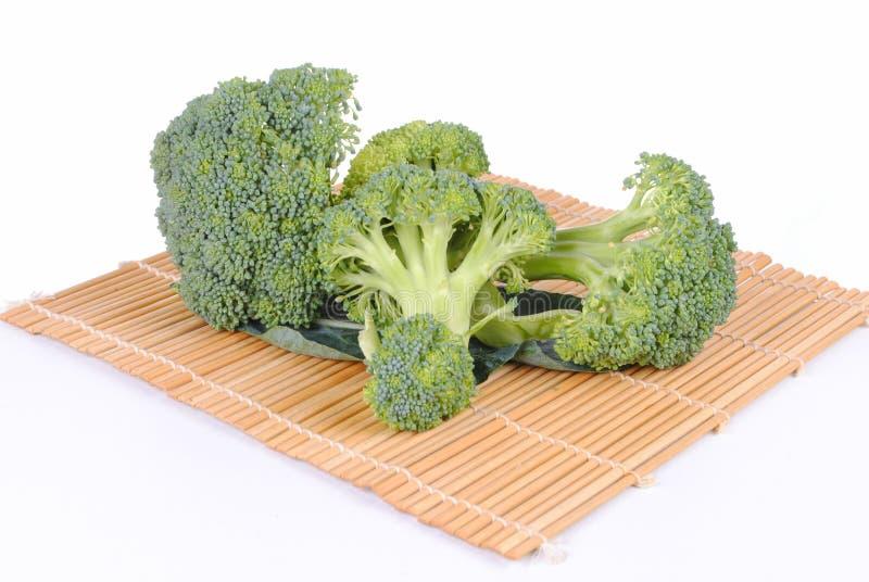 Brocoli organique sur un placemat en bambou photographie stock libre de droits