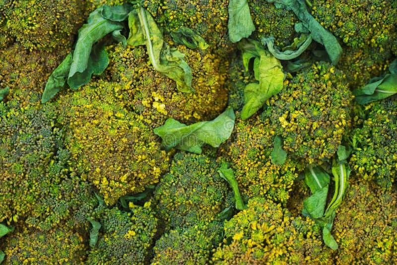 Brocoli sur le compteur du marché végétal Vue en gros plan et supérieure des légumes frais sur des rayons de magasin photographie stock libre de droits