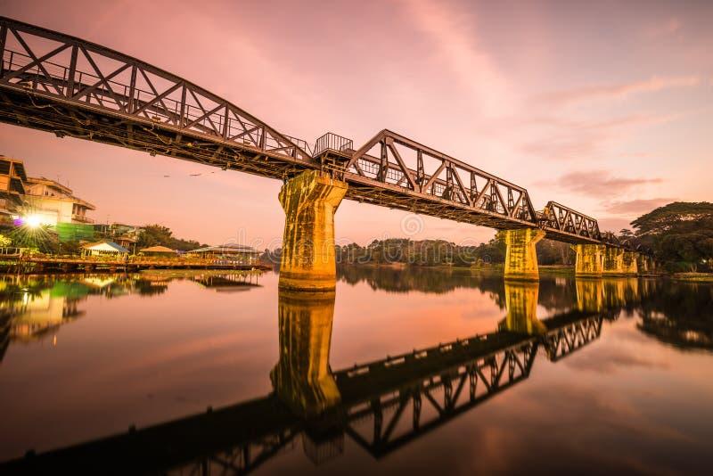 brodödkwai över den järnväg floden fotografering för bildbyråer