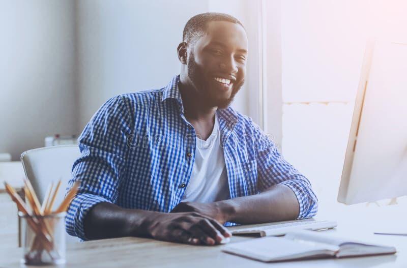 Broda amerykanina Młody mężczyzna Pracuje z komputerem obraz stock