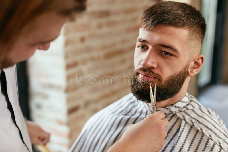Broda Ciąca W fryzjera męskiego sklepie Fryzjer męski Tnąca broda obraz stock