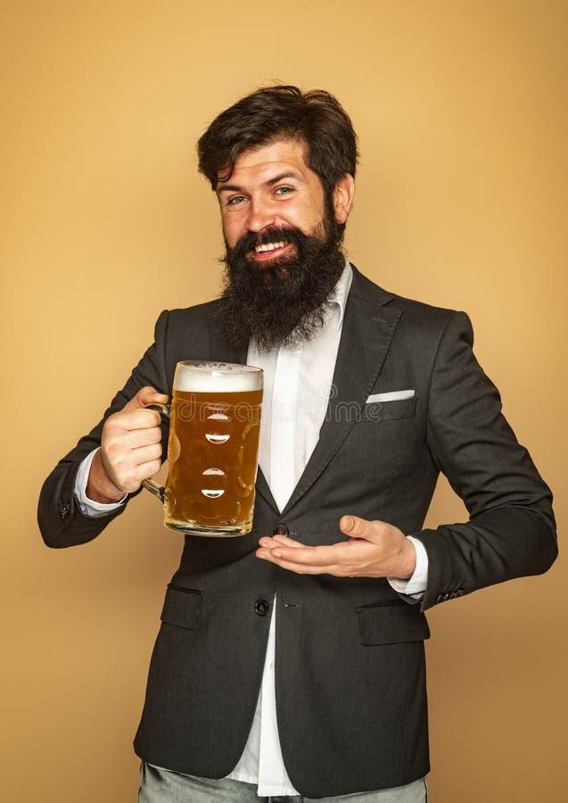 Broda m??czyzna pije piwo od piwnego kubka Szcz??liwy u?miechni?ty m??czyzna z piwem Starszy m??czyzna pije piwo z niespodzianki  obraz stock