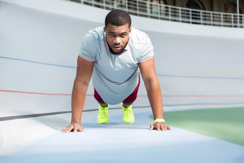 Brodata fachowa męska atleta robi stały bywalec Ups outdoors zdjęcia stock