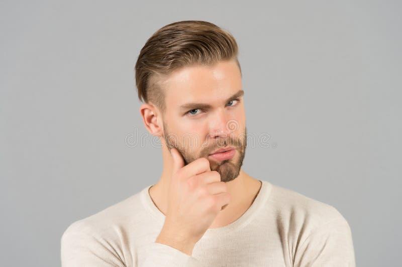 Brodata mężczyzna dotyka broda z ręką Macho z eleganckim włosy i zdrową młodą skórą Facet z nieogoloną twarzą i wąsy Brody groo obrazy stock