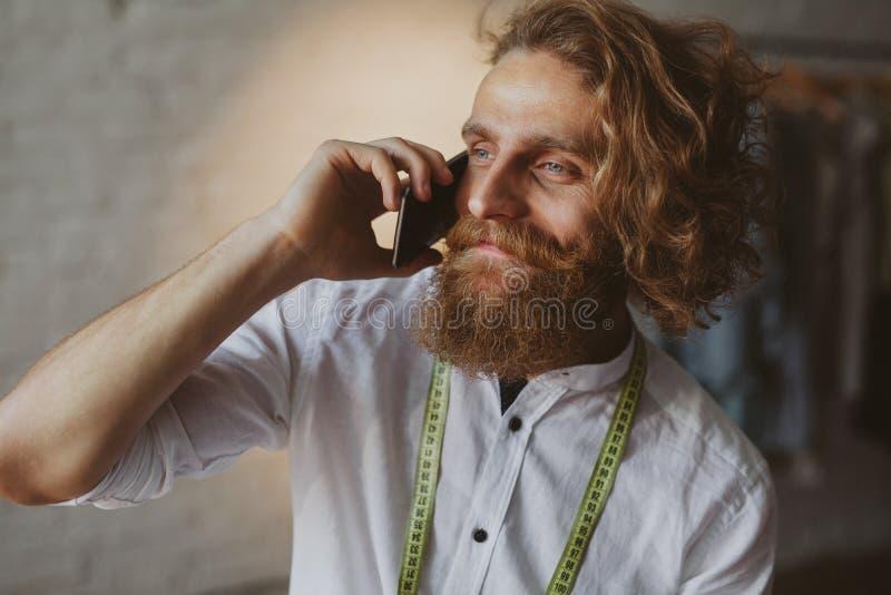 Brodata mężczyzna mienia telefonu pozycja fotografia royalty free