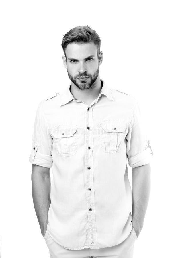 Brodate mężczyzna chwyta ręki w kieszeniach odizolowywać na białym tle Moda mężczyzna w koszula Przypadkowy w stylu Włosy i fryzj fotografia stock