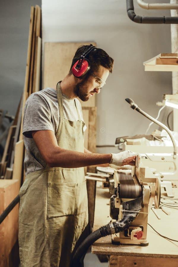Brodatego cieśli kształtujący kawałek drewno zdjęcie stock