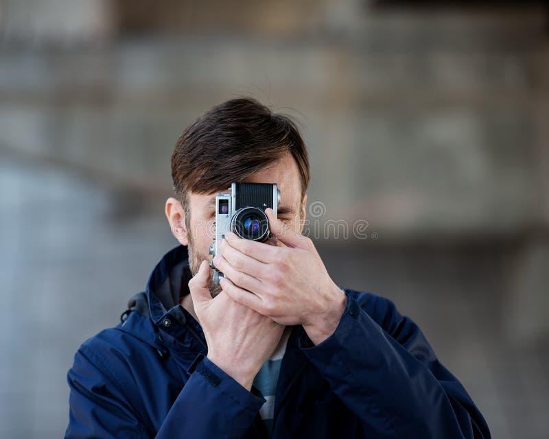 Brodatego mężczyzna fachowy fotograf ogląda wi i fotografuje zdjęcia stock