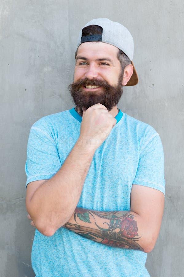 Brodatego mężczyzny modny styl Brody i wąsy przygotowywać Chłodno modniś z brody odzieży elegancką nakrętką Fryzjera męskiego sal fotografia stock