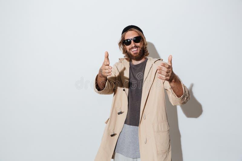 Brodatego modnisia szczęśliwy mężczyzna jest ubranym okulary przeciwsłonecznych zdjęcia royalty free