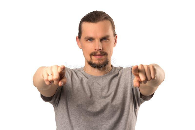 Brodaty atrakcyjny caucasian facet wskazuje na someone odizolowywającym na bielu obrazy stock